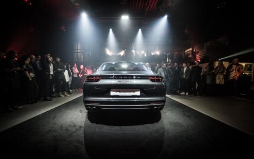 Blick von hinten auf den neuen Porsche Panamera im Porsche Zentrum Regensburg