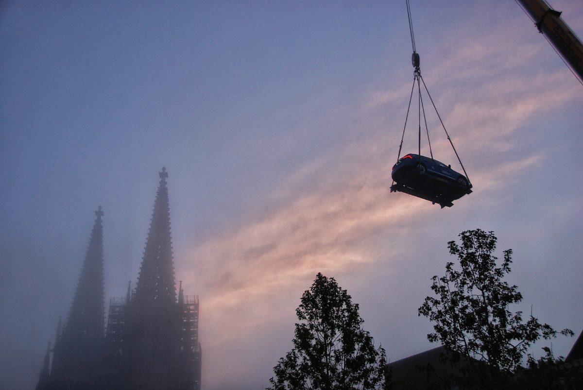 Der neue Skoda Scala schwebt über der Regensburger Altstadt, Aufbau Jepsen Sky Bar