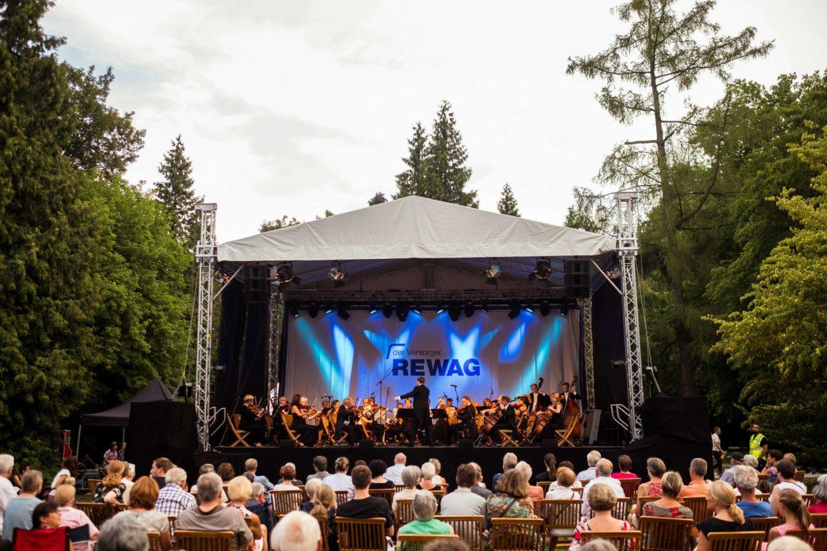 Auftritt des Orchesters bei der Klassik im Park 2018 in Regensburg